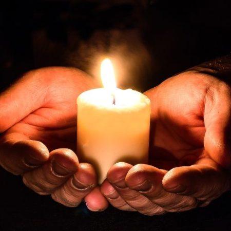 Kerzen mit Händen2