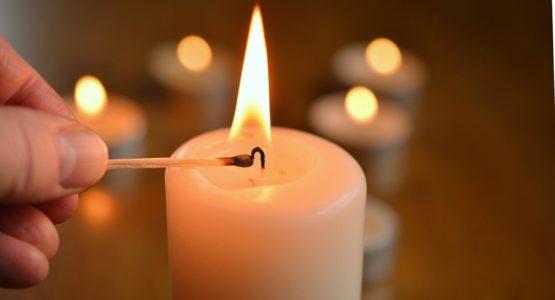 Kerze änzünden für den Verstorbenen